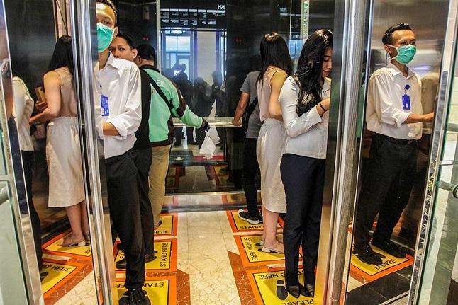 CORONAVIRUS: pedales en los ascensores en un centro comercial de Tailandia, nueva medida de cuidados para evitar contagios.