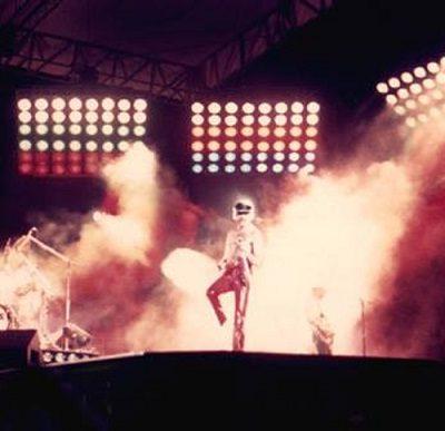 Nuevo libro de Queen: Usó una foto en la cancha de Rosario Central para su tapa: