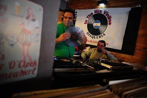 Locos por el vinilo: las ferias de discos atraen cada vez más fanáticos